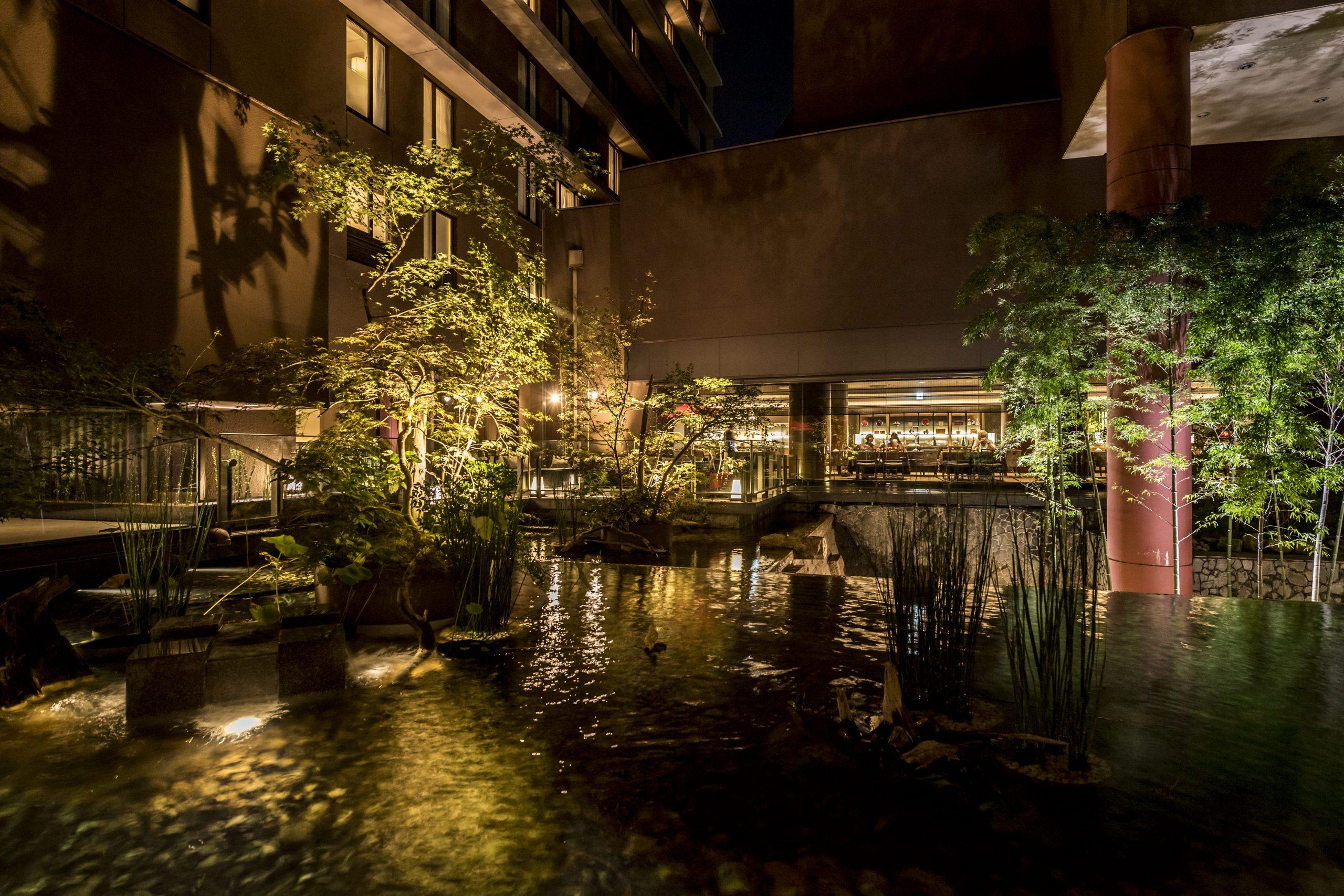 中庭を流れる滝や川、端正な竹林が古都の風情を演出
