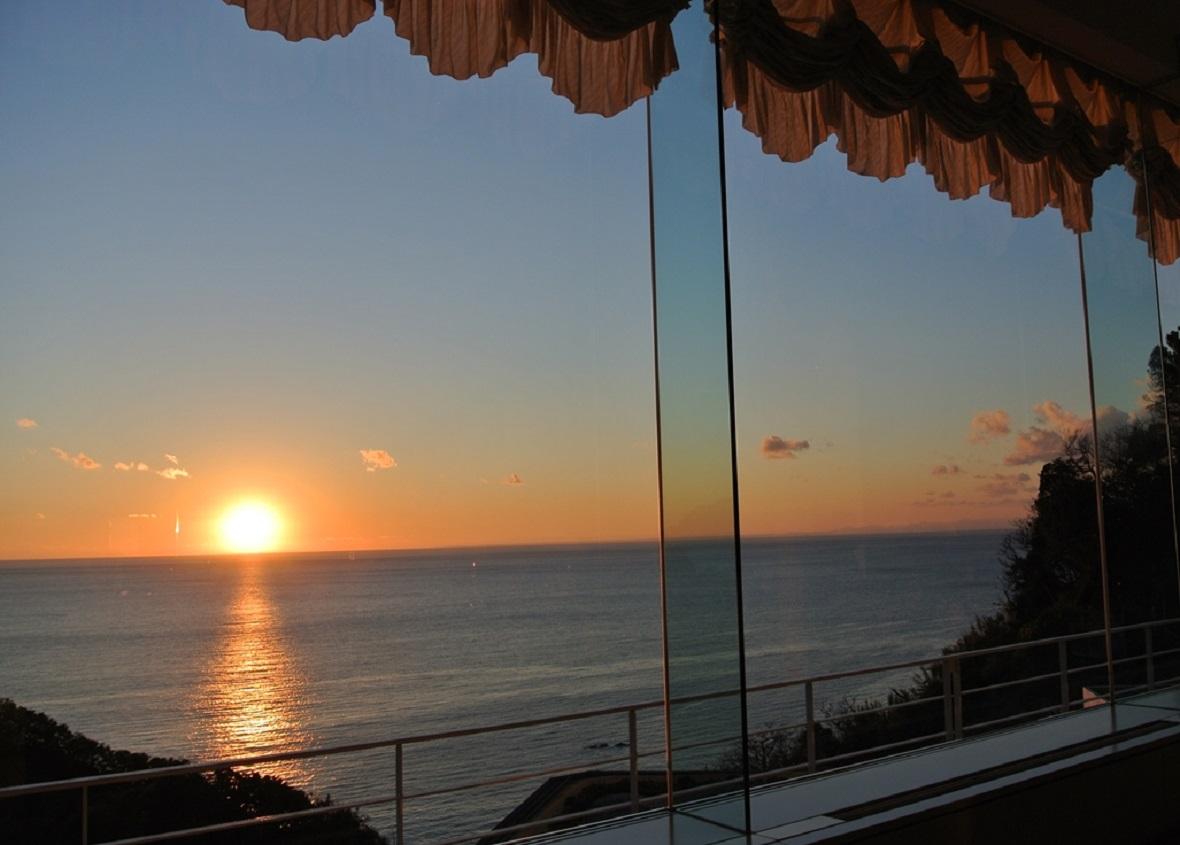 10月中旬から3月中旬までは館内から夕陽が見えます