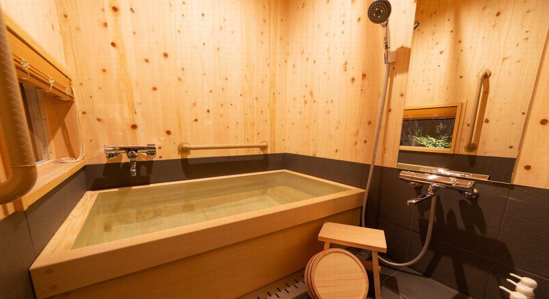 母屋1Fはヒノキ風呂付き客室です