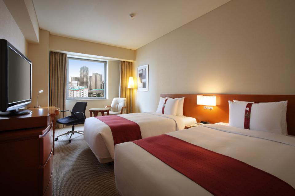 ツインルーム 高い天井と落ち着いた色調の客室。 窓は全て南向きです。