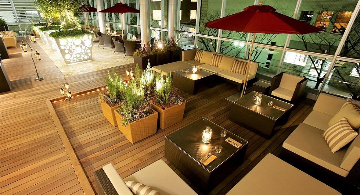 夜にはまた違った雰囲気になる「カフェテラス&ビストロバー マークプレイス」