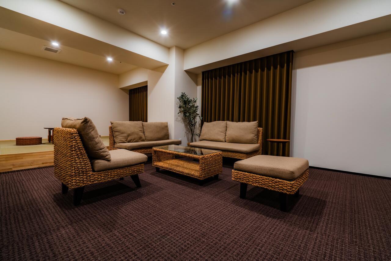 室は明るく開放的なデザインで、大切なご家族ご友人と至福のひと時をお過ごしいただけます
