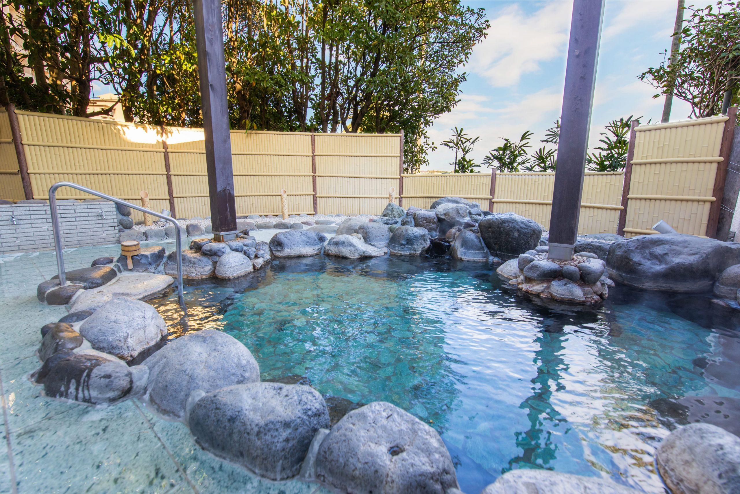 露天風呂:ナトリウムー塩化物温泉の泉質で体の芯まで暖まります