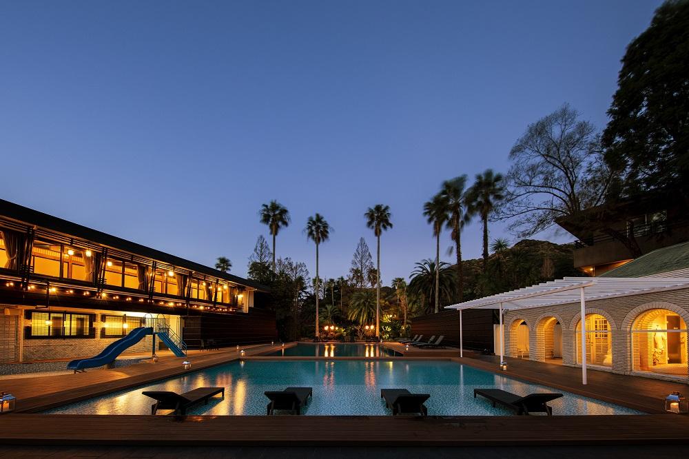 約二千坪の園遊庭園のほぼ中央に位置する天然温泉プール