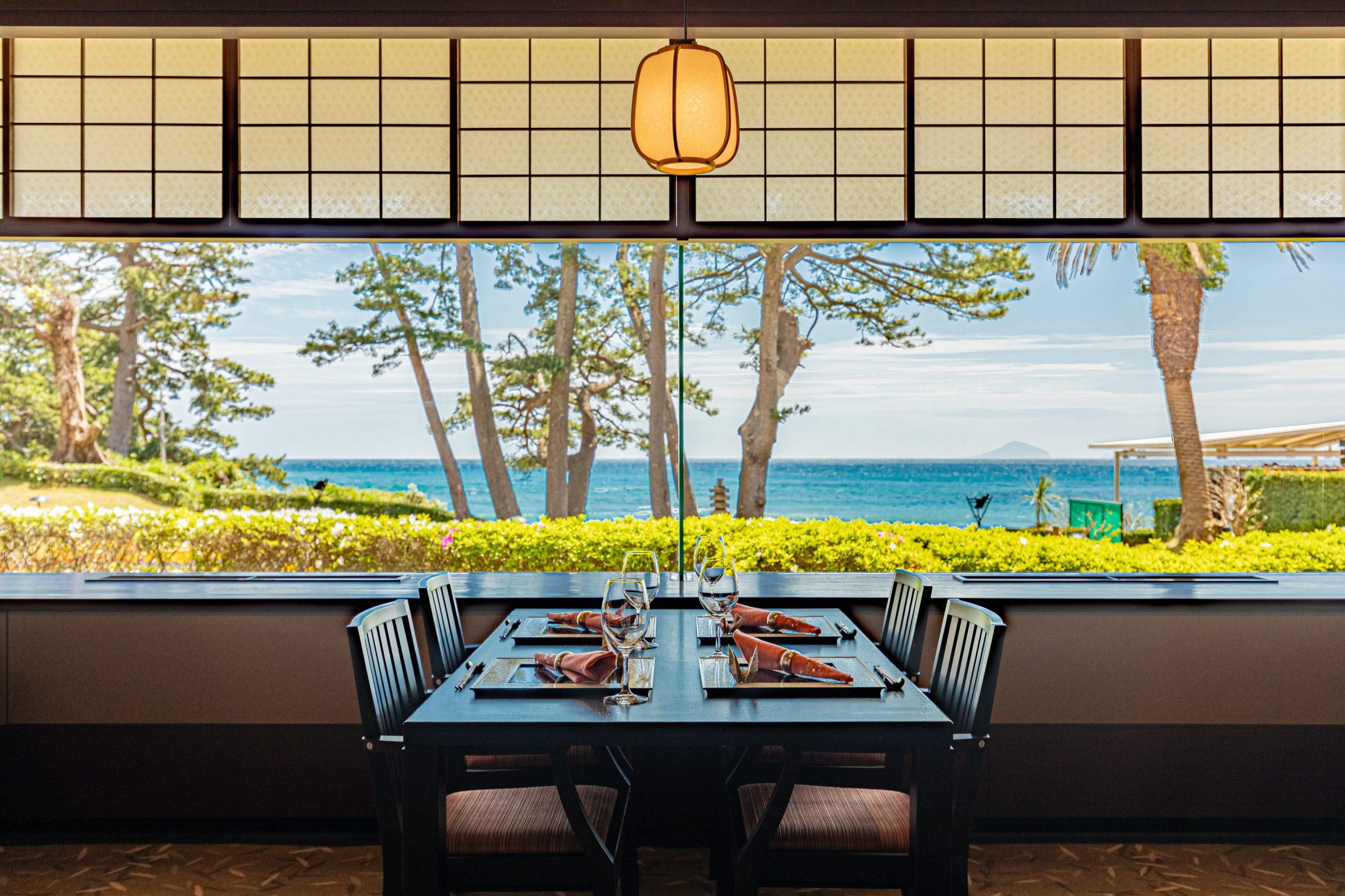 日本料理「七滝」 数奇屋造りの温もりのある和の佇まいの中で、伊豆七島の景色を眺めながら、伊勢海老や金目鯛など伊豆の旬の味覚をお楽しみください