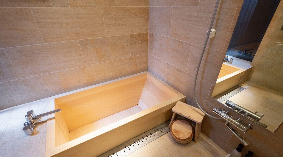 ヒノキの香りで癒されるバスルーム