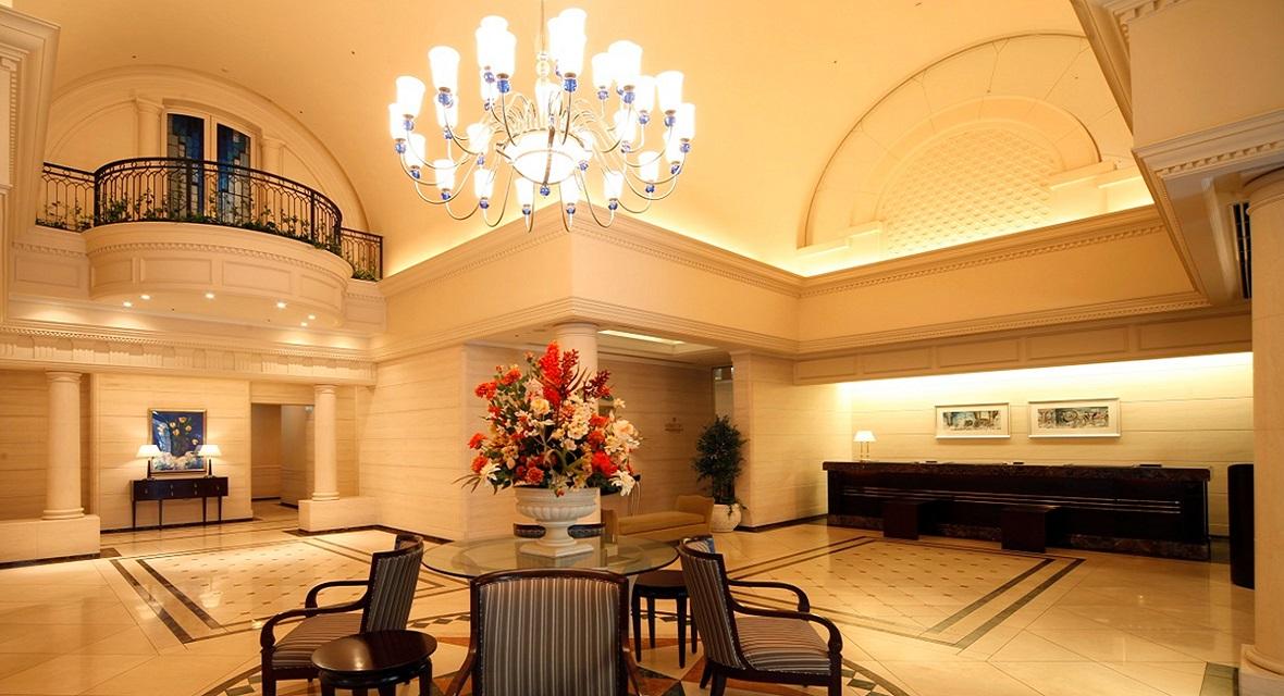 天井が高い明るいロビー。フロントとレストラン入口がございます。