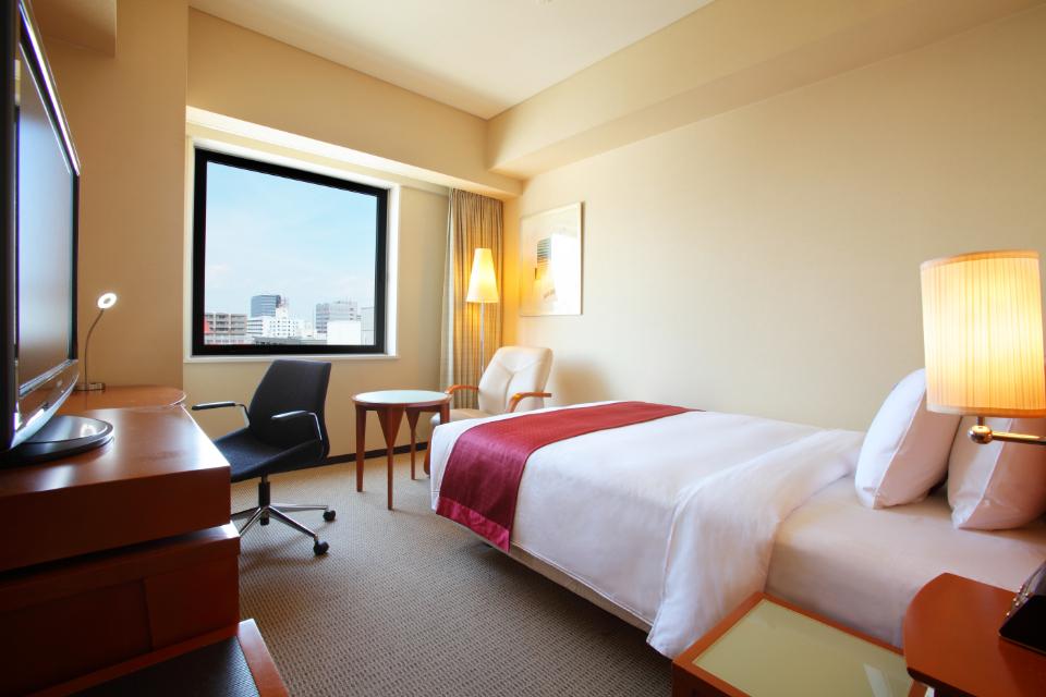 シングルルーム ゆったり快適 ベッドは140cmサイズのセミダブルサイズです。