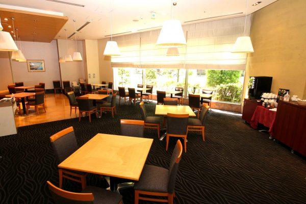 自然光射しこむ大きな窓が特徴のレストラン