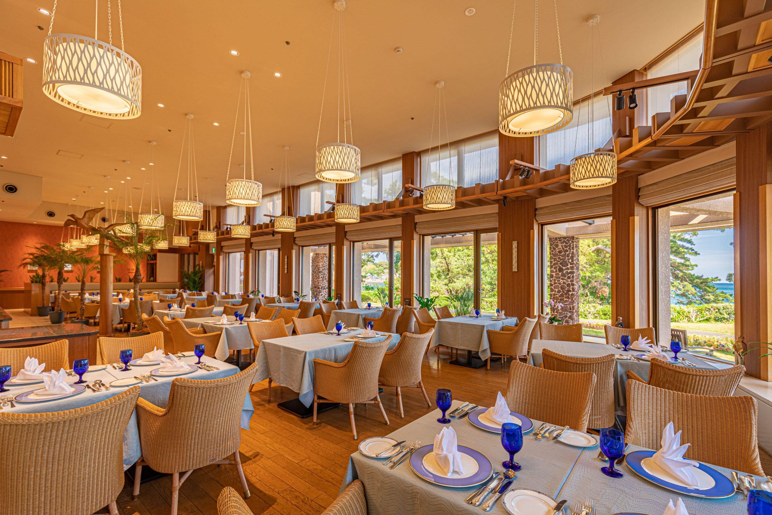 レストラン・メレシー 明るく開放感溢れる店内。窓の外には海辺の美しい風景が広がっています。ディナータイムには彩り鮮やかな今井浜風フレンチを。朝食、ランチタイムには様々な趣向をこらしたメニューをご用意しています