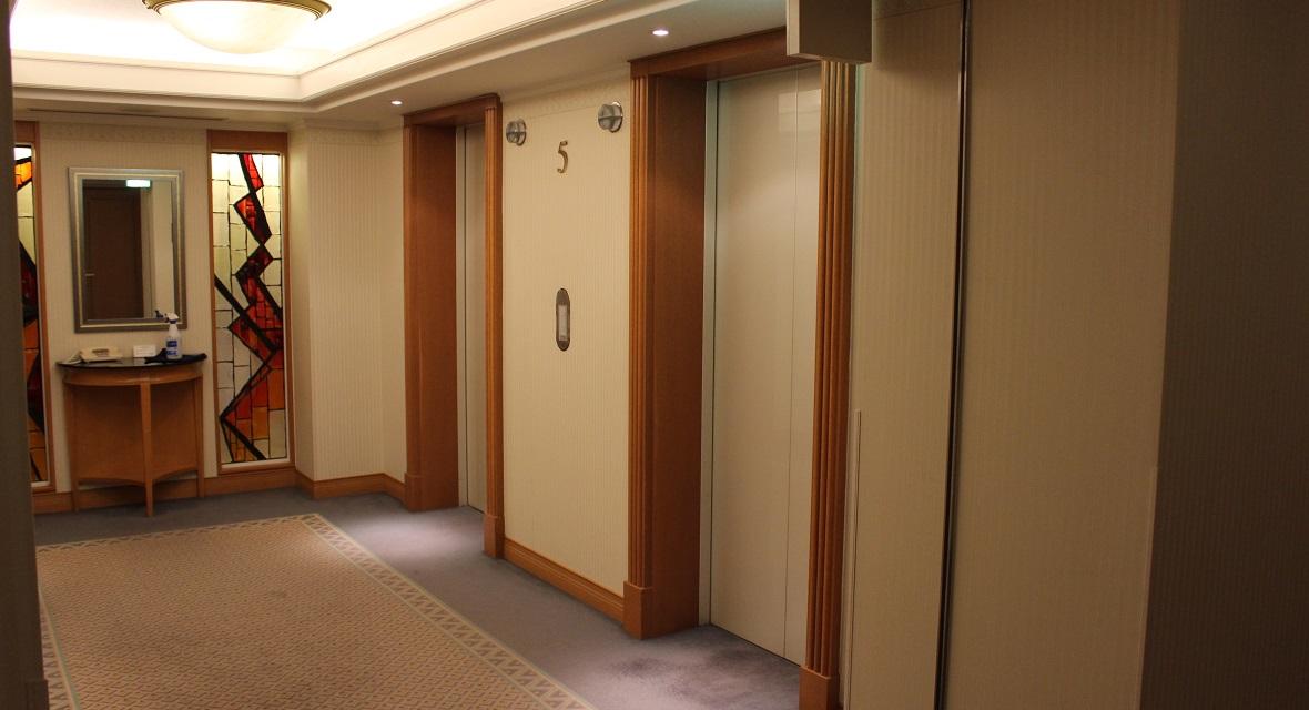 客室へご案内するエレベーター