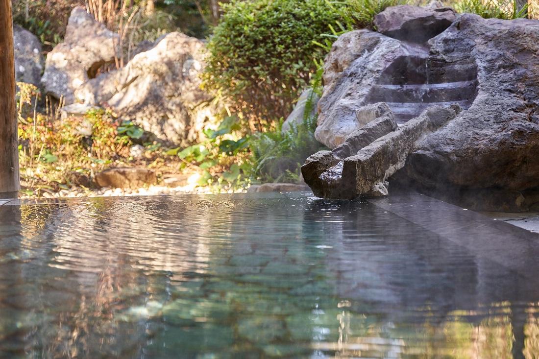 源泉かけ流しの温泉でゆったりと