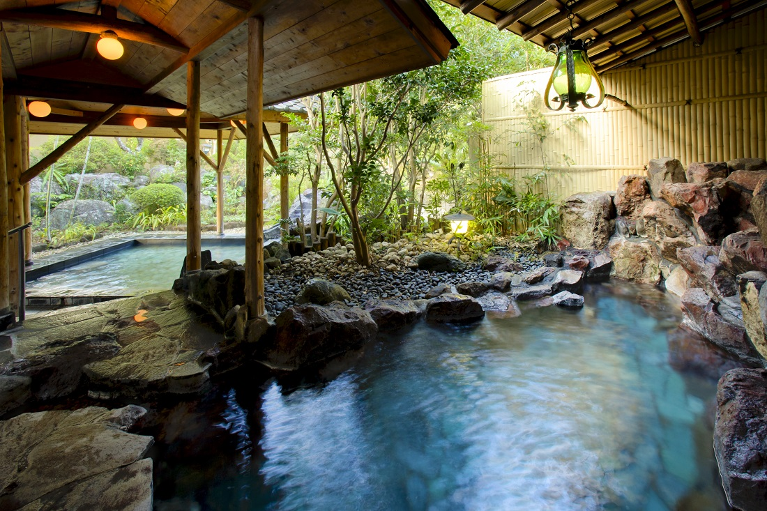 自然を渡る風と、せせらぎの調べが心地良い野趣豊かな露天風呂や、のびのびと手足を伸ばせる大浴場。全て蓮台寺温泉の源泉掛け流しです