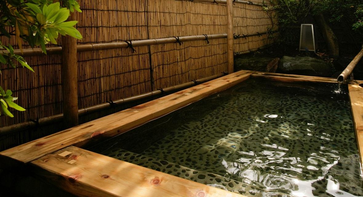 東館にございます大浴場「瑠璃の湯」(露天風呂)