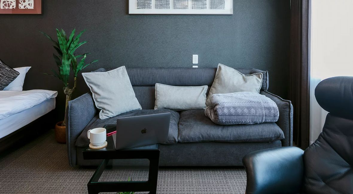 上質な家具と最新の家電を完備した住空間で、日常の一歩先をご堪能くださいませ