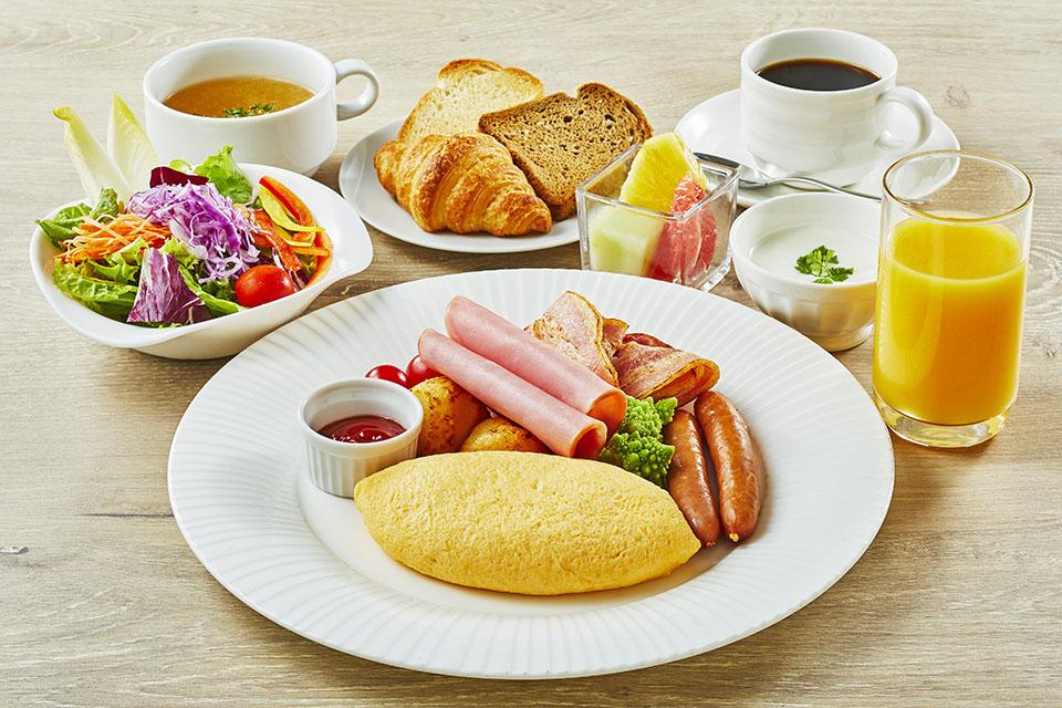 【オプション朝食】アメリカンブレックファースト(3,000円) <メニュー>・ジュース ・サラダ ・卵料理 ・肉料理(ベーコン、ソーセージ等) ・トースト、ロール ・コーヒー または 紅茶  ※ご利用日によりアメリカンブレックファーストに代わり、予告なしでブッフェに変更となる場合がございます。(詳細はホテルまでお問合せください)
