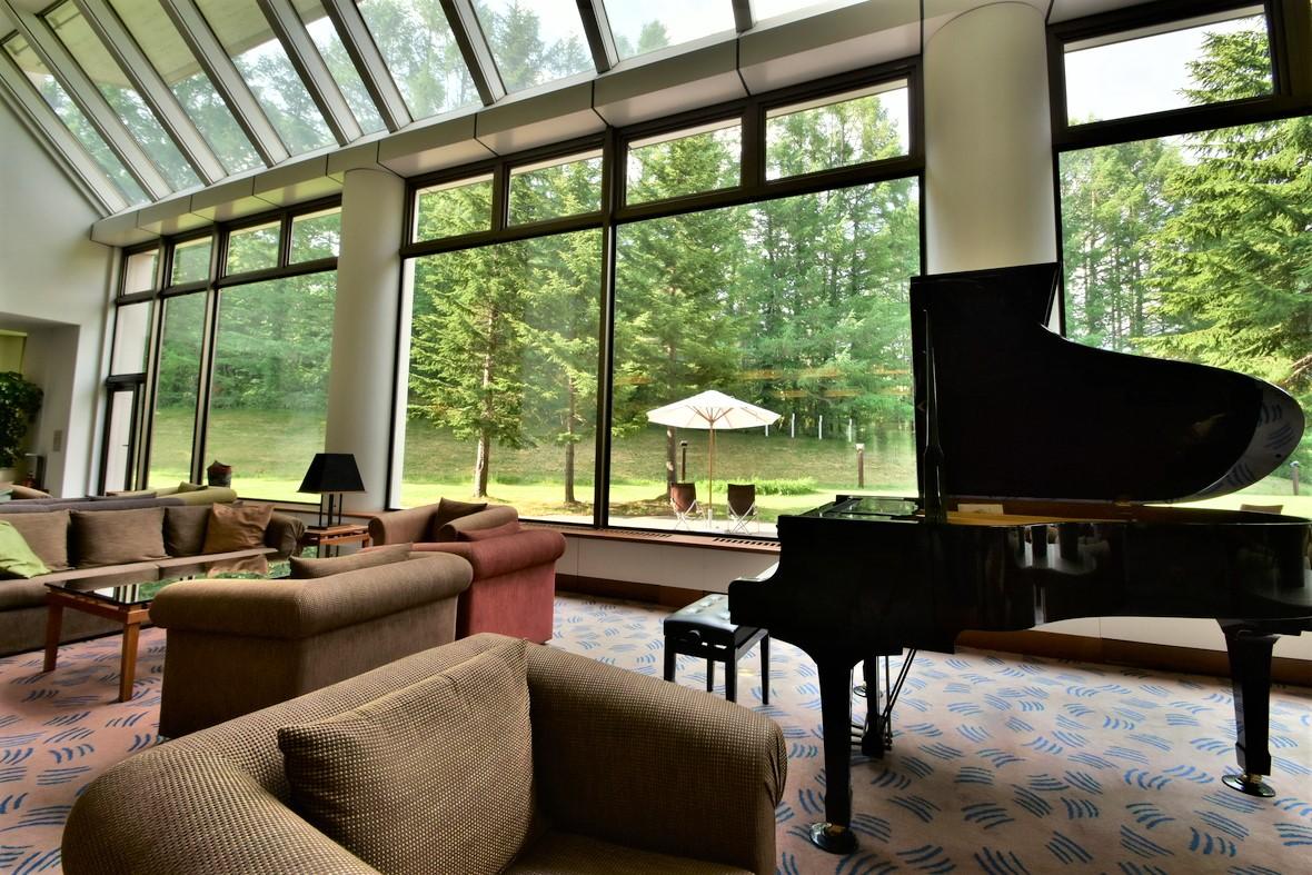 【ラウンジ】ピアノが佇む癒しの空間です。ウェルカム・ティーコーナーもご用意し、ご到着後一息つくのもオススメです(毎日14:00~17:00)。また夜はバーラウンジとして営業しております