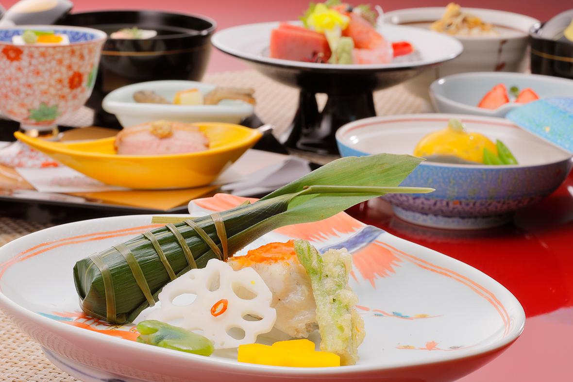 【オプション夕食和食(イメージ)】新鮮な野菜と旬の食材を使用したスタンダード会席コース「せせらぎ」(6,600円)他、旬の食材を使用した目にも美しい本格会席を揃えています