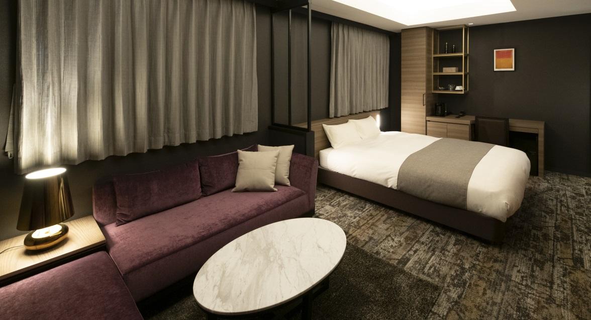 クラシッククイーン 4名用のソファを備え、ゆったりとした空間でお寛ぎいただけます
