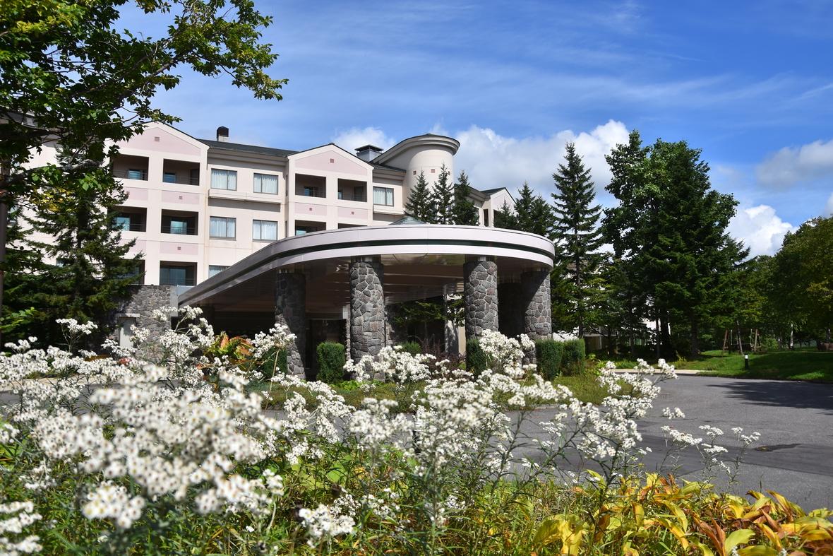 【ホテル・エントランス】緑、星空、鳥のさえずり以外何もない【隠れ家的】大人の高原リゾート。自然に囲まれた施設で快適なワーケーションを