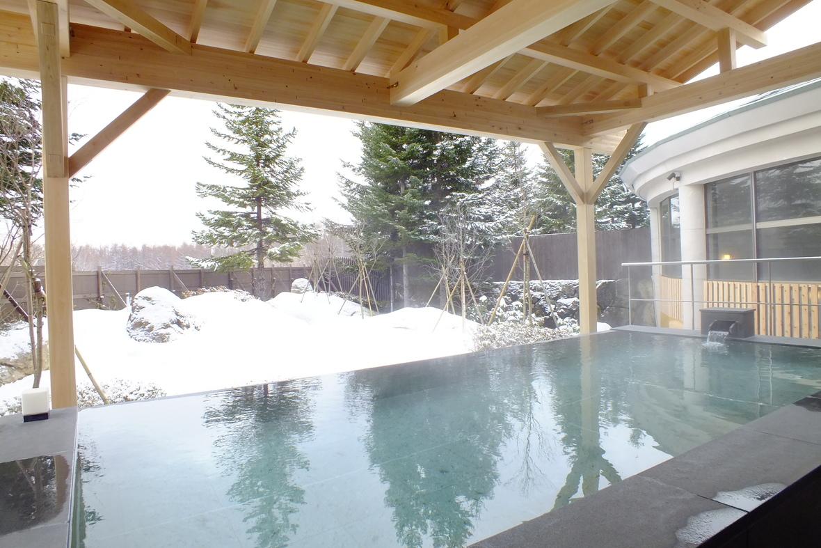 【冬の露天風呂】冬は雪見露天も楽しめます。内湯は光が差し込む開放的な温泉大浴場。いずれも泉質は『単純泉』でお肌にやさしく、ご高齢の方やお子様もゆっくりご入浴いただけます