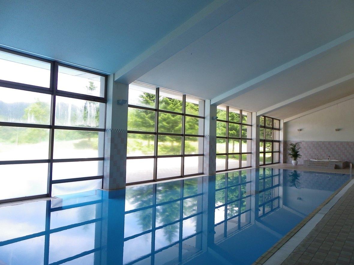 【室内プール】裏磐梯エリアで唯一プールのある高原リゾートホテルです。 一年を通してご利用いただける室内プールのほか、屋外プール(夏季のみ営業)も完備しております。 ガラス張りの室内プールには、高原の明るい光が差し込みます