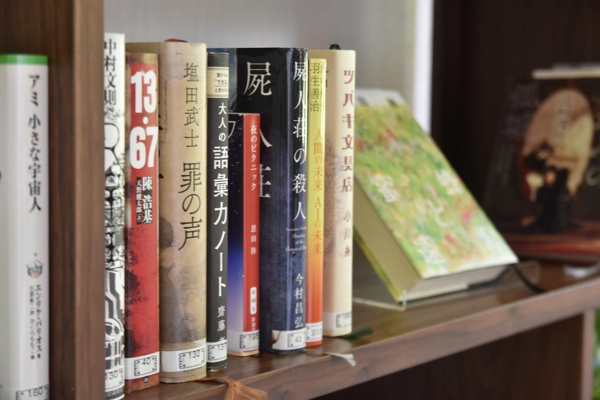 【森の図書館】話題の図書から裏磐梯に関する書籍まで、常時300冊以上の本をご用意。 お部屋でくつろぎながらもどうぞ(ご利用は無料です)