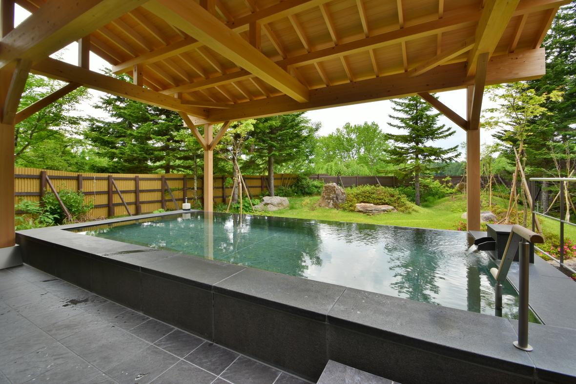 【男性露天風呂】男性はモダンな御影石、女性はヒノキ風呂です(共に2017年リニューアル)。グリーンシーズンは落ち着いた緑の庭園、そして満点の星空をお楽しみください