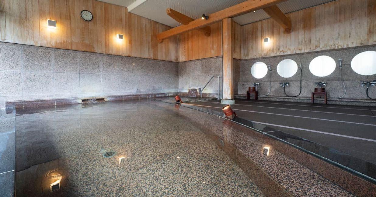 お客様に安全にご入浴いただけるよう、大浴場は浴場専用の畳を使用しています