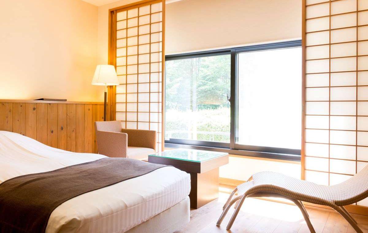ウッドデッキ調の客室はお部屋全体が木のぬくもりに包まれた、まさに寛ぎの空間です