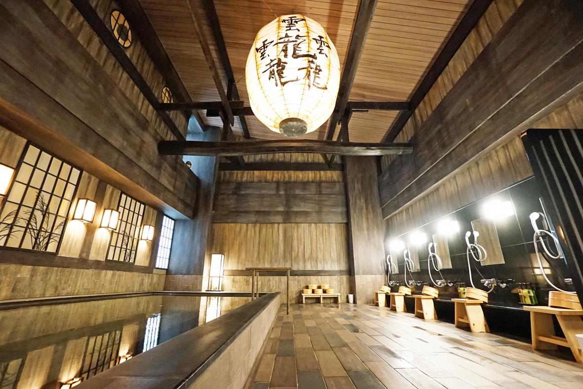 【天然温泉 ポンの湯】明治期の和モダンな浴場をイメージしたデザインが特徴。天井の提灯には日本で生まれた最も画数の多いとされる漢字が描かれており、和の風情を存分に感じて頂けます。
