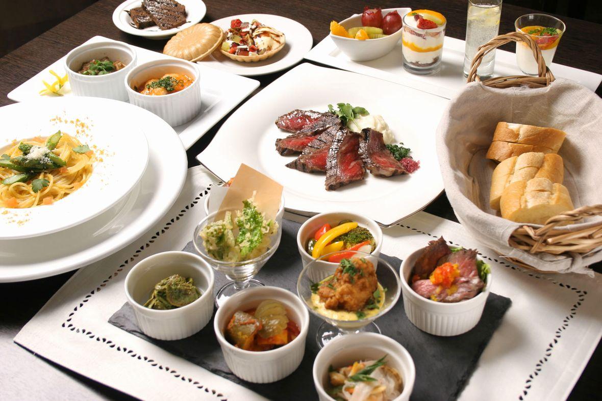 豊富な種類のオードブルやスープ、サラダ、デザートのビュッフェをご堪能ください