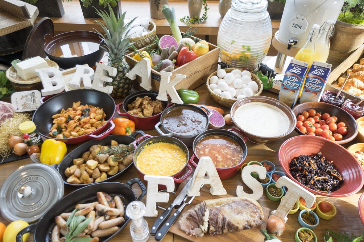 【オプション・朝食ビュッフェ(イメージ)】各旅行サイトでもお客様高評価の【60種以上の朝食ビュッフェ】。コンセプトは「和魂洋才」。北海道の素材をたっぷり使用したこだわりの 厳選素材をオープンキッチンから提供します。料金はお一人様1,650(税込)