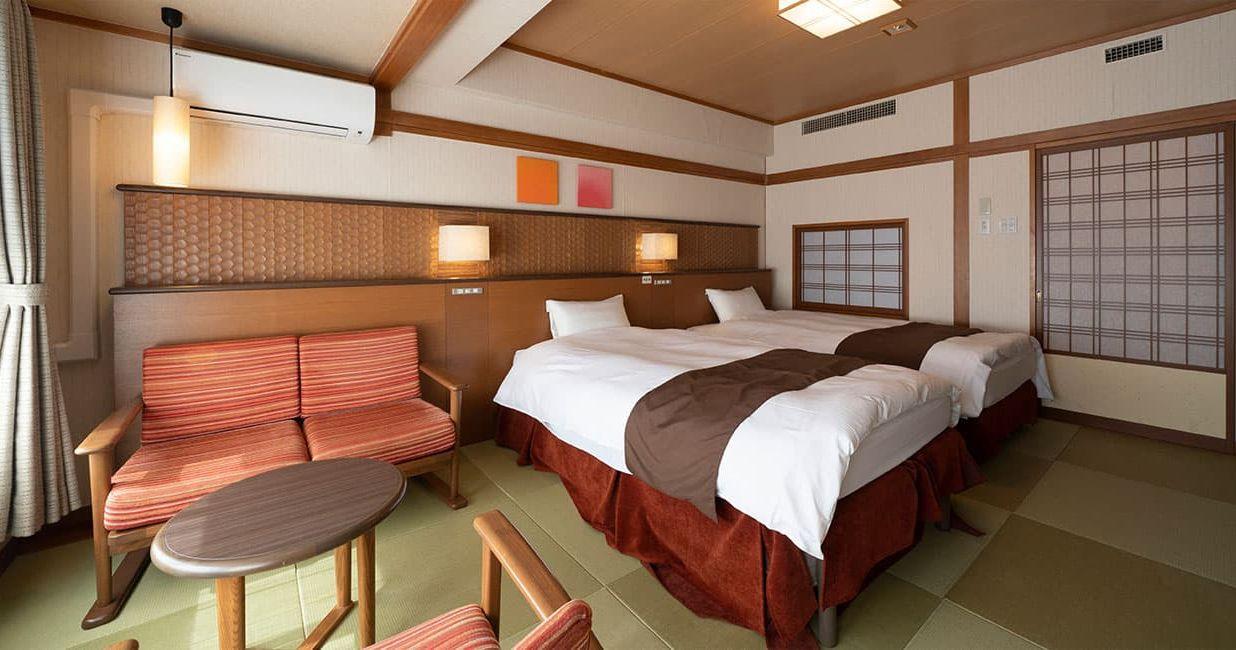 温かな雰囲気の中でほっとしたくつろぎを過ごすベッドや畳の上に、ごろんと寝転んで
