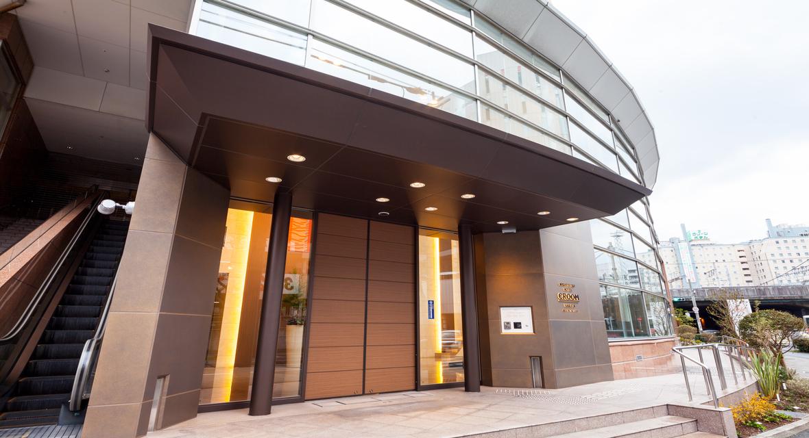 エントランス入口 博多バスターミナル横に位置する当施設