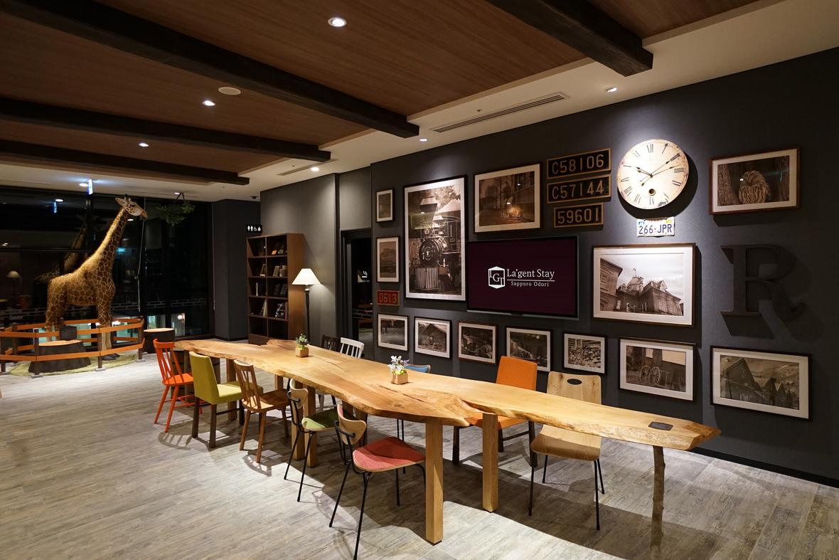 【館内ギャラリースペース】北海道の歴史をテーマに構成された遊び心満載のギャラリースペース。ちょっとした休憩やコミュニケーションの場にお使い下さい。 ◆SNS映え間違いなしのアートスペース♪細部にもこだわった空間演出が魅力(キリンのオブジェが人気です)