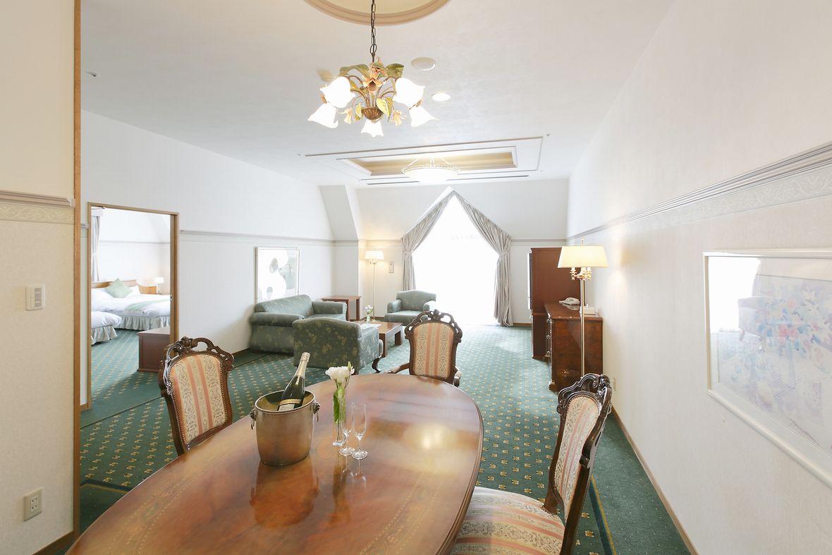 2つのダブルベッドを備えた客室、クラシカルな家具を備えたスイートルーム。洗面台も2つ備えております