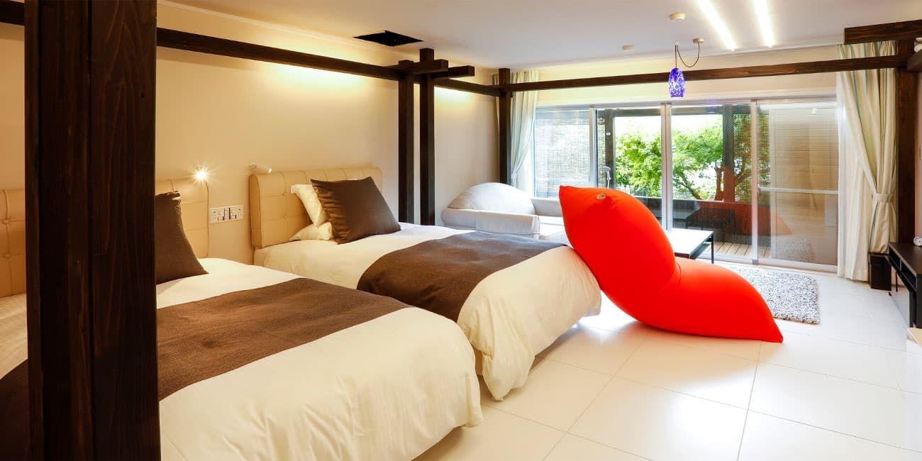 開放感あふれる露天風呂付の特別客室は全部で2タイプ。 天然温泉露天風呂の「保豆山(ほづやま)」、露天風呂+サウナ付の「PREMIUM comfort」とそれぞれ特長が異なります。 プライベート感あふれる客室で里山の休日をお過ごしください