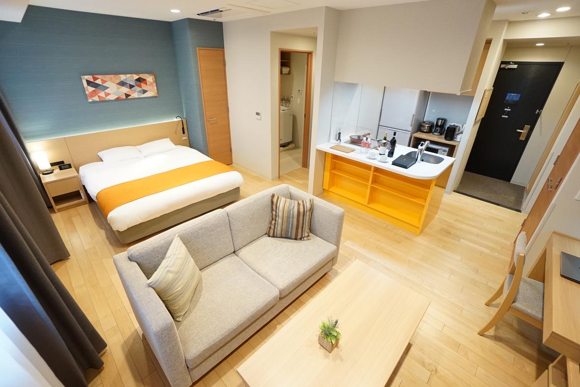 【レジデンシャルダブル(39㎡)一例】こちらもレジデンシャルツイン同様のサービスアパートメント型客室。ベッドは160x200cmの大型サイズです。