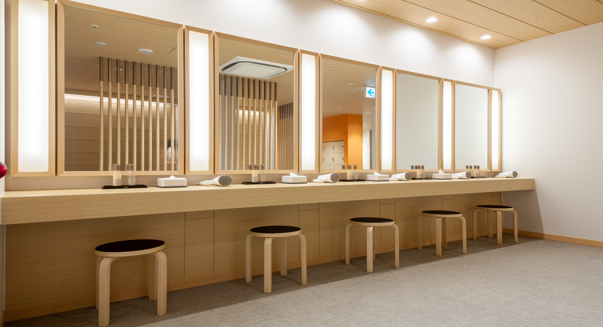 女性大浴場 清潔感ある充実したパウダーコーナー