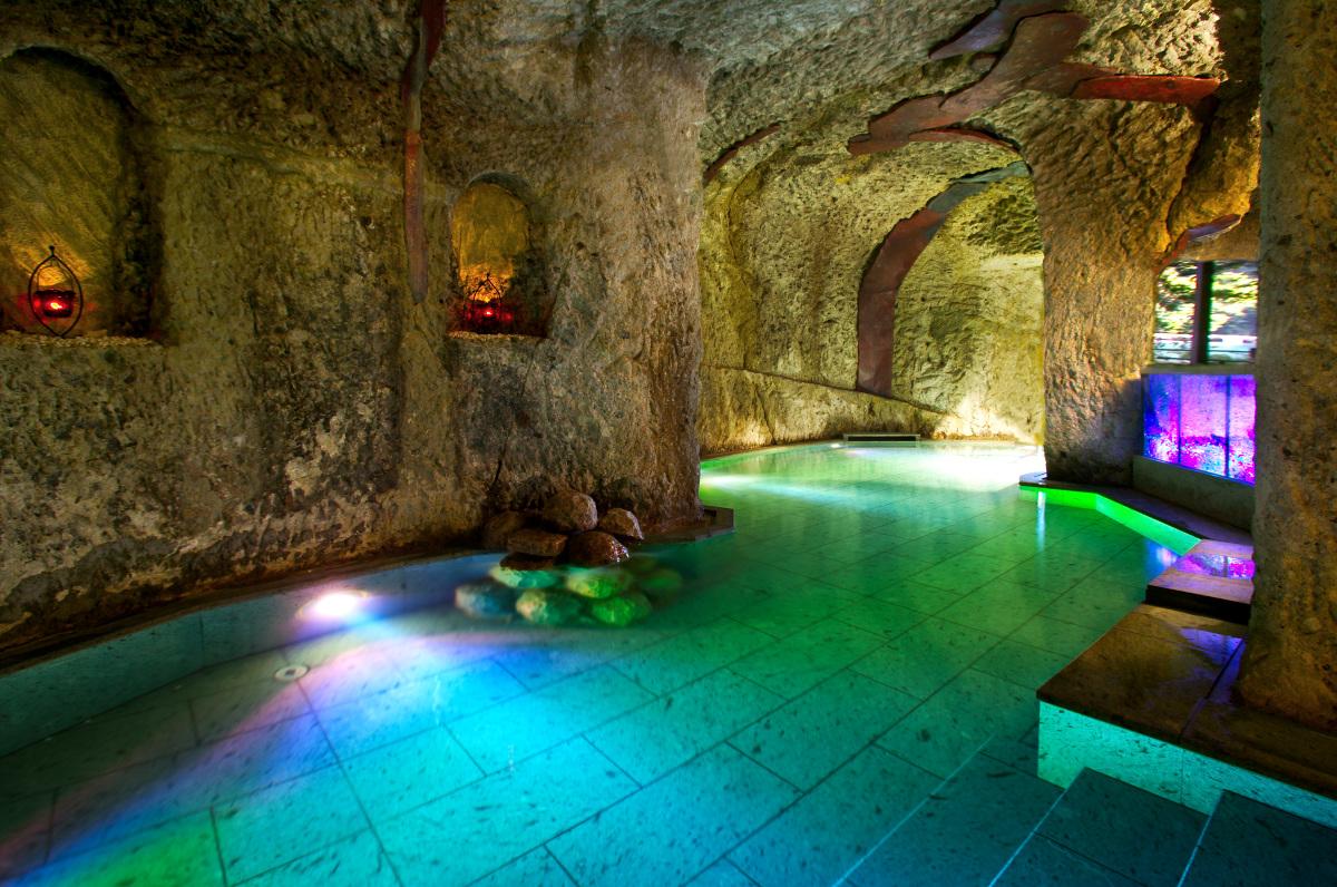 海洋深層水洞窟風呂 海洋深層水を使ったあたたかなお湯で、心と身体を癒してください。