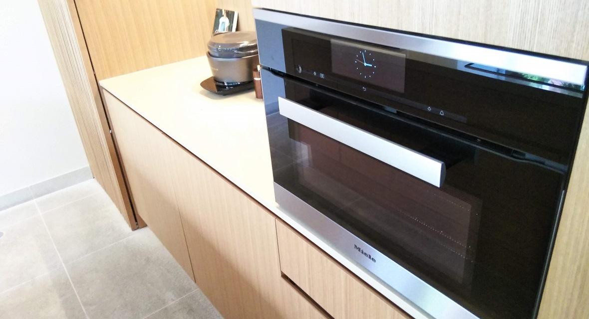 【ゲストキッチン】設備:IHクッキングヒーター(3口)、オーブンレンジ、炊飯器、冷凍・冷蔵庫