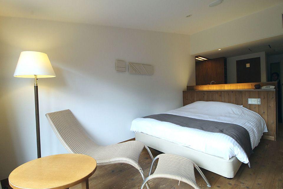ダブルルームタイプは、クイーンサイズのベッドをご用意。大人の一人旅、ご夫婦、カップルでのご利用にも最適です。  リラックスいただける癒しの空間は休息の1日を穏やかに演出します