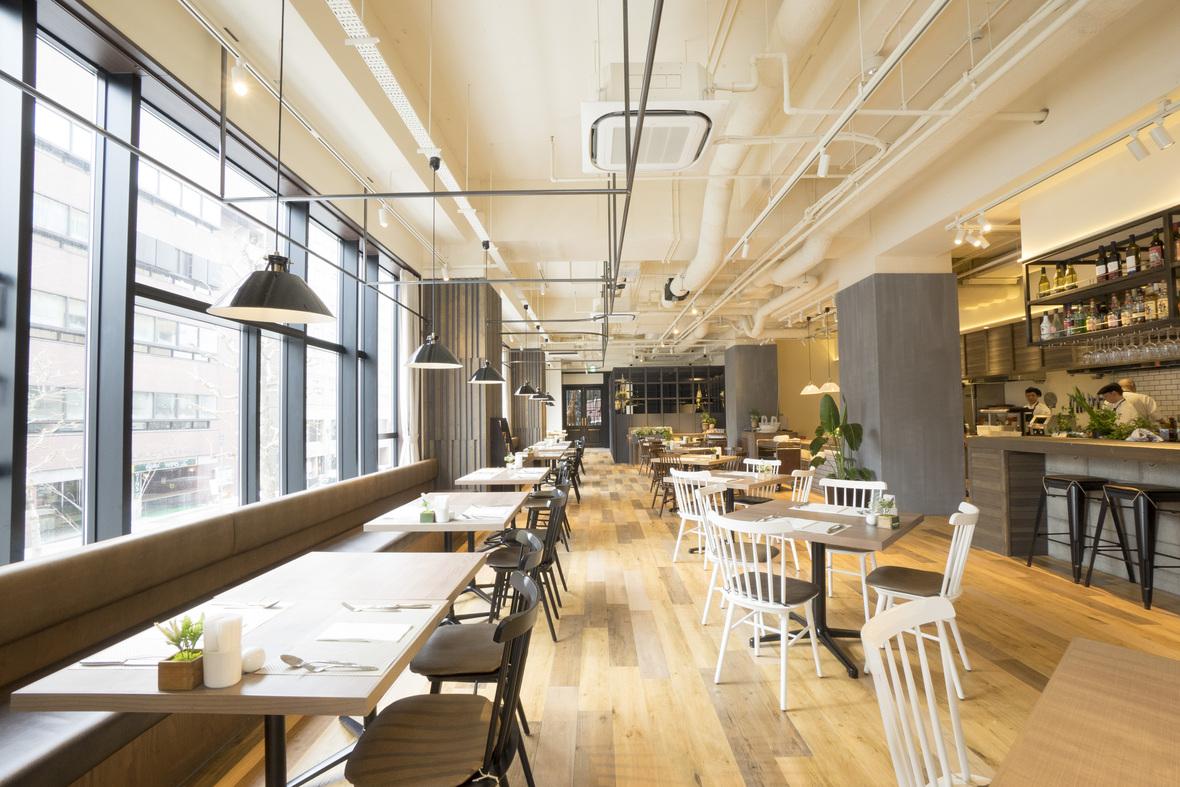 【朝食レストラン「ノーザンキッチン」】 天井が高い店内は大きな窓から光が差し込みます。快適な空間でお食事をお愉しみください。