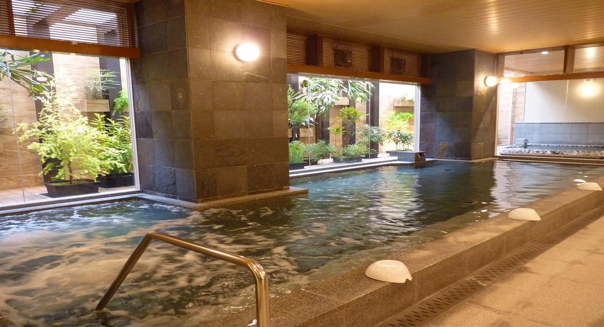 男性温泉大浴場 広々とした内風呂 リラクゼーションスペースではマッサージ機をご用意
