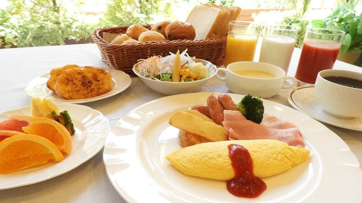 【オプション朝食:和洋ミックスバイキング(洋食メニュー)一例】郷土料理も含む和洋様々なメニューを楽しめます。特にシェフが目の前でおつくりする出来立ての「ふわとろオムレツ」を、ホテル特製の「朝カレー」にトッピングした「ふわとろオムカレー」が大好評です! ※ご宿泊のお客様に限り、フロントにて前日までにお申し込み頂きますと、バイキング通常料金1,500円(税込)のところ、1,300円(税込)にてお召し上がり頂けます。