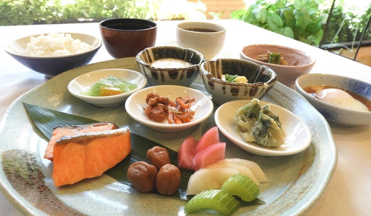【オプション朝食:和洋ミックスバイキング(和食メニュー)一例】郷土料理も含む和洋様々なメニューを楽しめます。特にシェフが目の前でおつくりする出来立ての「ふわとろオムレツ」を、ホテル特製の「朝カレー」にトッピングした「ふわとろオムカレー」が大好評です! ※ご宿泊のお客様に限り、フロントにて前日までにお申し込み頂きますと、バイキング通常料金1,500円(税込)のところ、1,300円(税込)にてお召し上がり頂けます。