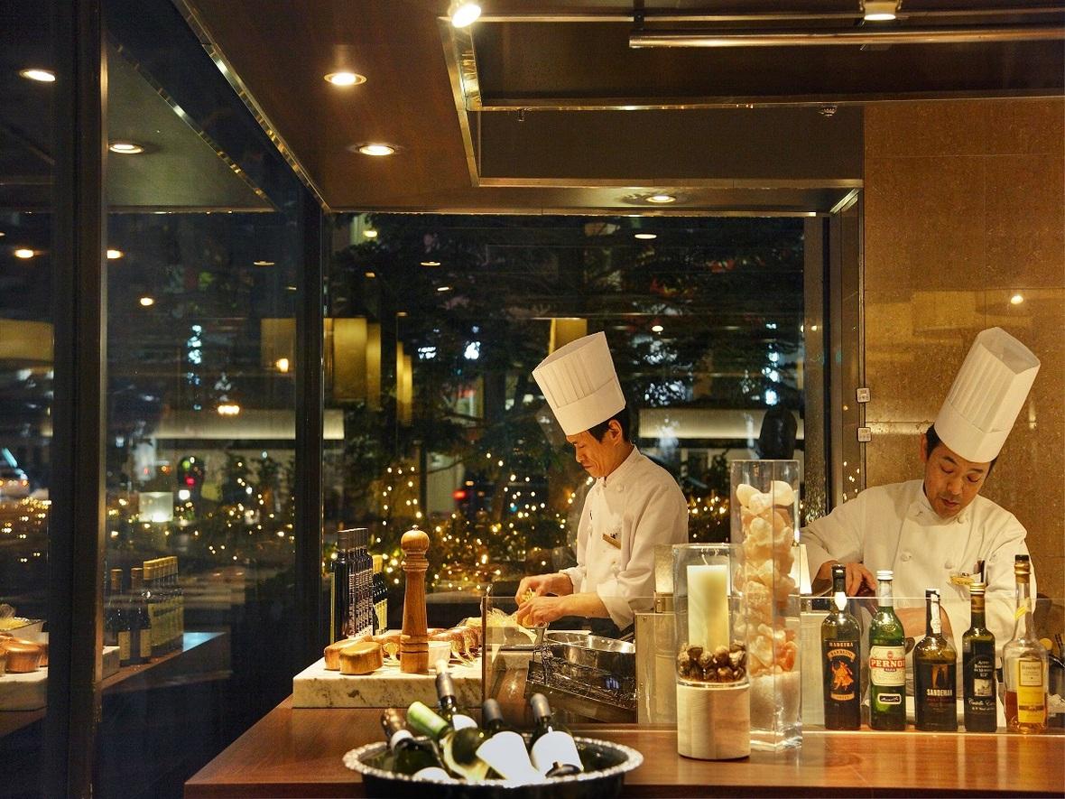 【1階カフェダイニング「パティオ」】西洋料理を中心に一品料理、コース料理とバラエティー豊かなメニューを揃えています。