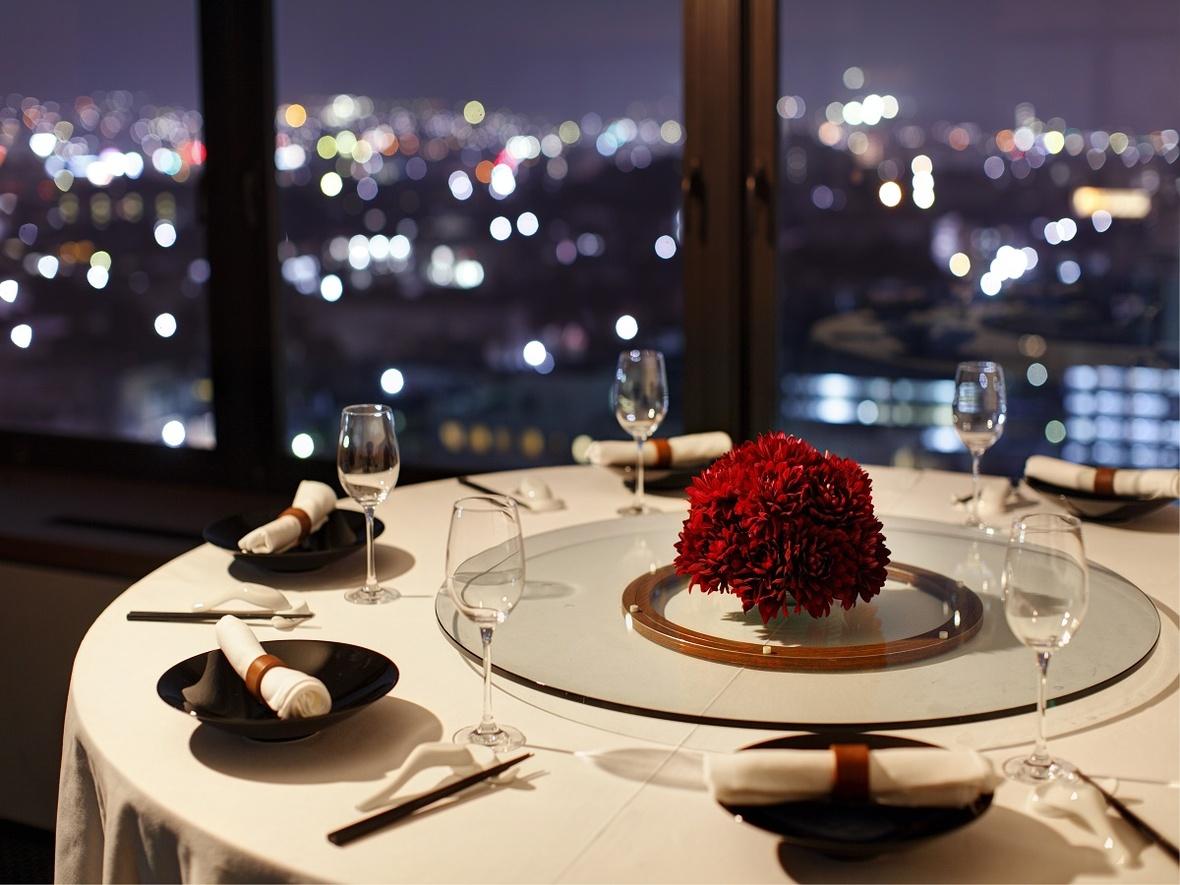 【レストラン 櫻果林(おうかりん)】伝統的な中国料理から、モダンで創作的なヌーベル・シノワまで、 新鮮な素材を活かしたホテルのレストランならではのラグジュアリーな中国料理を 最上階から煌めく夜景をながめながら魅惑の空間でご堪能いただけます