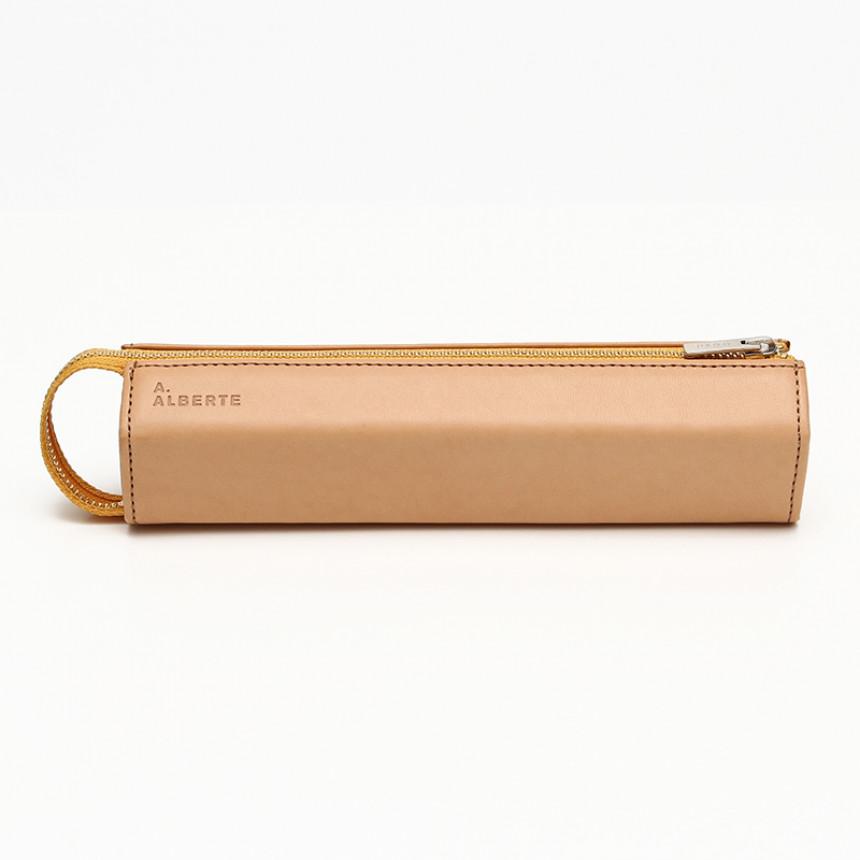 ベージュの革製ペンケース